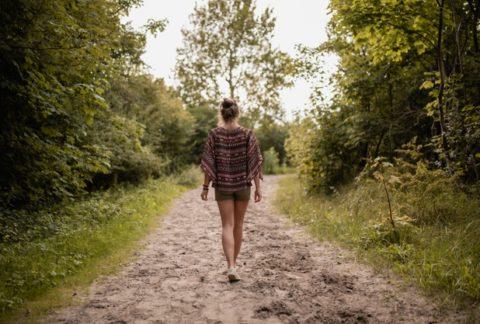 osoba w lesie